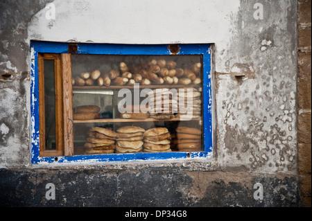 Traditionelles Brot im Fenster des kleinen Laden in Marokko Stockbild