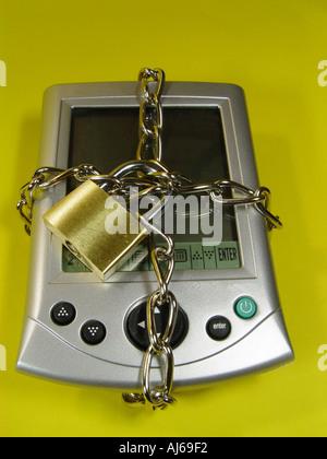 PDA mit einer Kette und einem Schloss Symbol für Datensicherheit auf mobilen Computern Stockbild