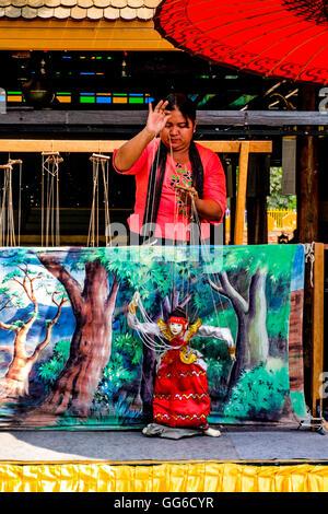 Geographie / Reisen, Myanmar, Puppentheater, Yokthei Pwe, Puppenspieler mit Marionette, Stockbild