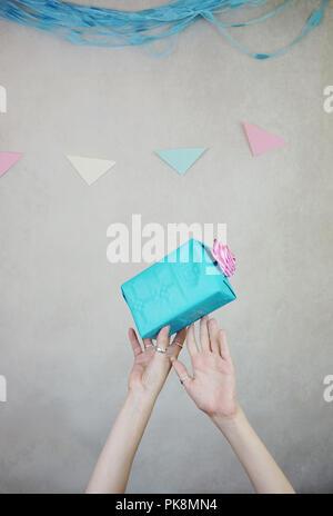 Hand, die eine Geschenk-box Stockbild