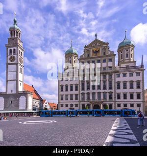 Augsburg, Bayern, Deutschland - dem historischen Rathaus und dem Perlach Turm auf dem Stadtplatz. Stockbild
