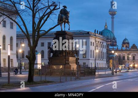 Die Statue von Friedrich der Große, Berliner Dom, Fernsehturm und Unter den Linden in der Nacht, Mitte, Berlin, Deutschland Stockbild