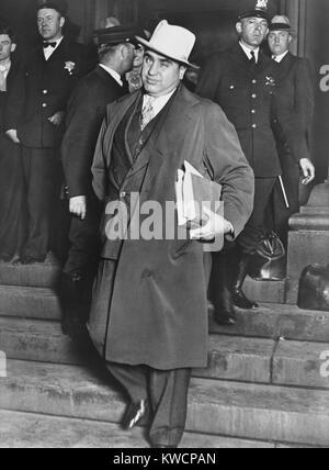 Al Capone, zwinkert Fotografen, als er Chicagos Bundesgericht geht. 14. Oktober 1931. Die berüchtigte Chicago Stockbild