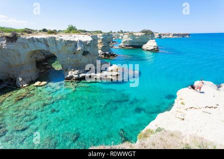 Sant Andrea, Apulien, Italien - 30. MAI 2017 - Touristen an der Küste von Sant Andrea in Italien Stockbild