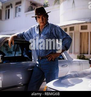 Portrait von Feroz Khan stand neben dem Auto, Indien, Asien Stockbild