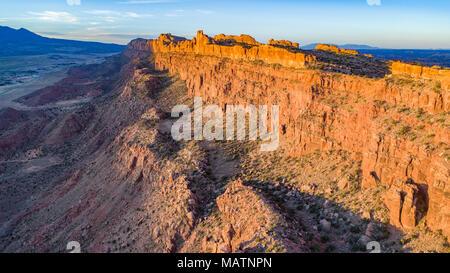 Die Moab Wand bei Sonnenaufgang, hinter den Felsen vorgeschlagenen Wüste, in der Nähe von Moab, Utah Stockbild