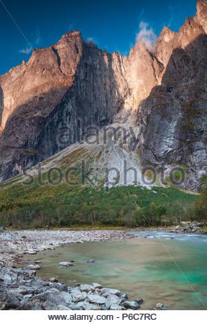 Anfang Herbst morgen im Tal Romsdalen, Møre og Romsdal, Norwegen. Im Hintergrund sind die 3000 Meter vertikale Trollmauer und die Spitzen Trolltindane. Stockbild