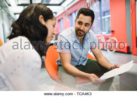 Geschäftsleute, die Papierkram im Büro treffen diskutieren Stockbild