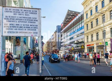Touristen auf dem Gelände des Checkpoint Charlie, Berlin, Deutschland Stockbild