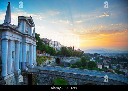 Blick auf die Stadt von Porta San Giacomo, Oberstadt (Citta Alta), Bergamo, Lombardei, Italien, Europa Stockbild