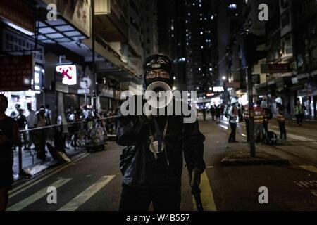 Demonstrant Gespräche über Megaphon der Masse zu orientieren. Die Demonstranten mit den Hong Kong Polizei am Ende der bürgerlichen Menschenrechte vor März. Hong Kong Demonstranten versammelten für ein weiteres Wochenende der Proteste gegen die umstrittene Auslieferung Rechnung und mit einer wachsenden Liste von Beschwerden, die der Aufrechterhaltung des Drucks auf Chief Executive Carrie Lam. Stockbild