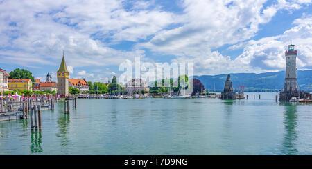 Panoramablick über das Becken auf die Hafeneinfahrt mit dem Leuchtturm und dem Bayerischen Löwen, Lindau im Bodensee, Bayern, Deutschland flankiert. Stockbild