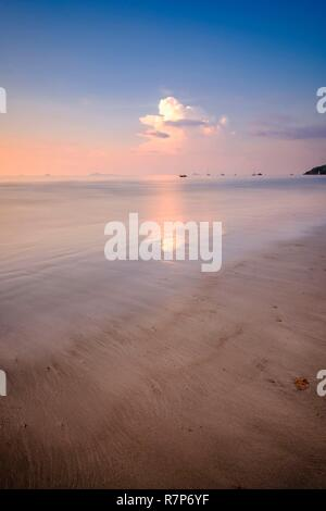 Thailand Songkhla Provinz, Tarutao National Marine Park, Ko Tarutao Insel, Ao Pante Malacca Bucht bei Sonnenuntergang Stockbild