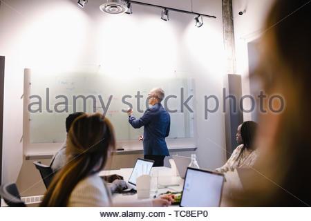 Geschäftsmann, die führende Konferenz Zimmer meeting Stockbild