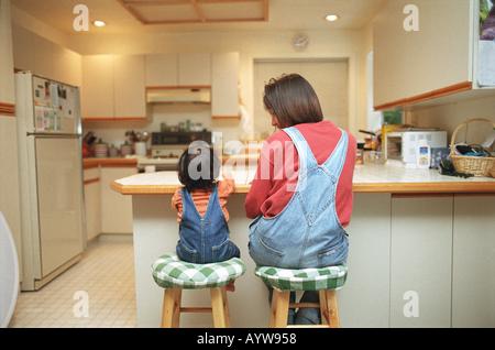 Mutter und ein kleines Mädchen in der Küche Stockbild