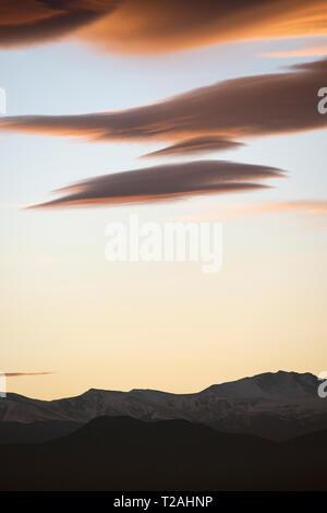 Linsenförmige Wolken über der vorderen Strecke, Denver, CO, USA Stockbild