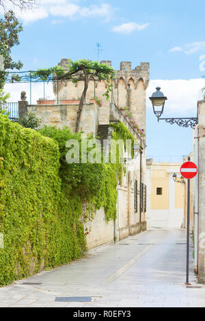 Presicce, Apulien, Italien - Efeu wächst an den Mauern einer alten Burg Stockbild