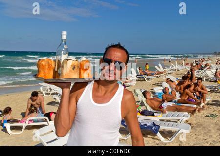 Barkeeper mit Kokosnüssen und Rum in Playa del Este, Santa Maria Del Mar, in der Nähe von Havanna Kuba Stockbild