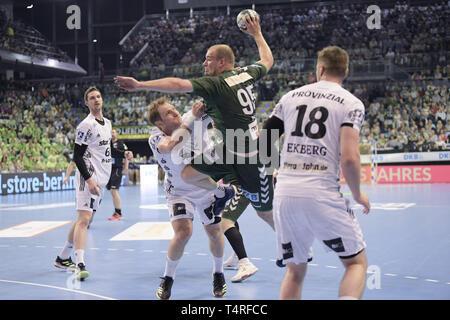 18 April 2019, Berlin: Handball Bundesliga Füchse Berlin - THW Kiel, den 27. Spieltag. Fox Paul Drux kommt zum Werfen. Foto: Jörg Carstensen/dpa Stockbild