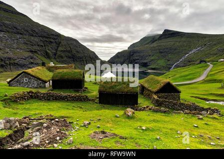 Traditionelle Häuser mit Grasdach, Saksun, Streymoy Island, Färöer, Dänemark, Europa Stockbild