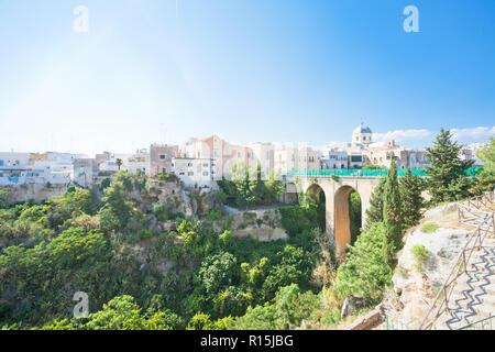 Massafra, Apulien, Italien - Der Viadukt Straße in der Altstadt von Massafra Stockbild