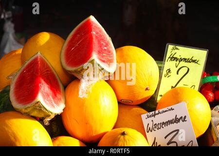 Frische Honig- und Wassermelonen auf einem Marktstand, Bremen, Deutschland, Europa Stockbild