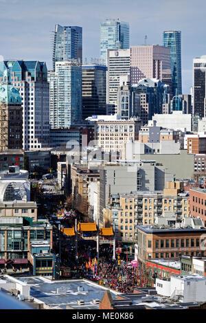 Übersicht über die Innenstadt mit Millennium Gate in Chinatown während des chinesischen neuen Jahres Parade in Vancouver, British Columbia, Kanada Stockbild
