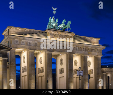 Blick auf das Brandenburger Tor, Berlin bei Nacht Stockbild