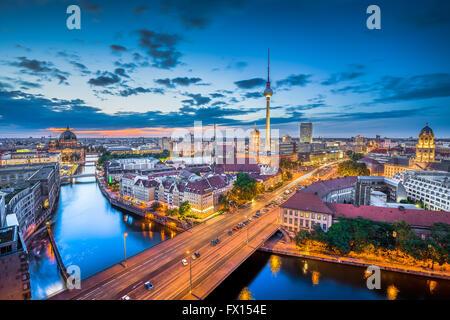 Luftaufnahme der Berliner Skyline mit dramatische Wolken in der Dämmerung während der blauen Stunde in Stockbild