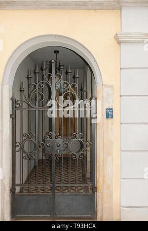 Eisernen Tor in einem Wohngebiet Eingang auf plattleite Straße im Villenviertel von Weisser Hirsch im Stadtteil Loschwitz, Dresden, Sachsen, Deutschland. Stockbild