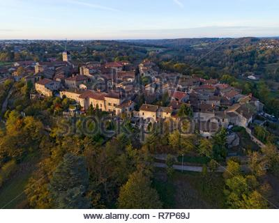 Frankreich, Ain, das mittelalterliche Dorf Pérouges, beschriftet mit den schönsten Dörfern von Frankreich (Luftbild) Stockbild
