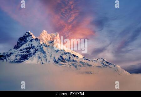 Neuschnee und Sonnenaufgang auf North Sister Mountain. Central Oregon Stockbild
