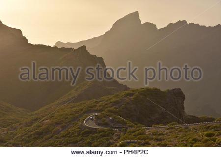 TF-436 Straße, Sonne hinter vulkanischen Gipfeln der Teno Massiv (den Berg Macizo de Teno) im Nordwesten von Teneriffa Kanarische Inseln Spanien. Stockbild