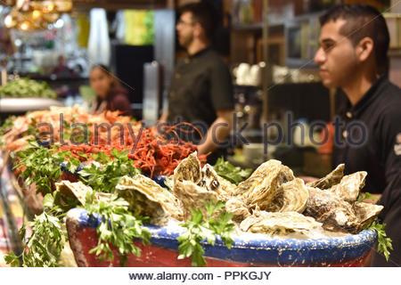 Pazifische Austern und andere Meeresfrüchte auf der Theke im La Boqueria Markt angezeigt, Barcelona Spanien Europa. Stockbild