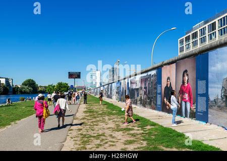 Abschnitt der Berliner Mauer an der East Side Gallery in Friedrichshain-Kreuzberg, Berlin, Deutschland Stockbild