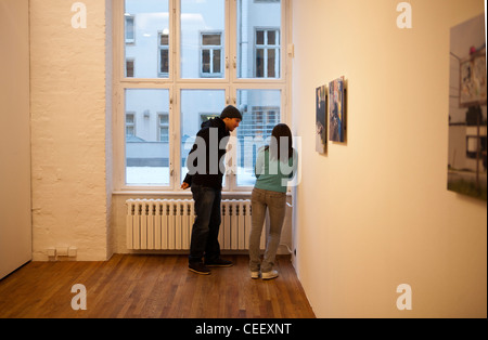 Mark Jenkins Skulptur Frau in Berliner Galerie, städtische Theater Stockbild