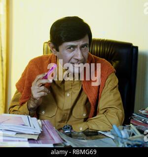 Portrait von Dev Anand holding Marker, Indien, Asien Stockbild
