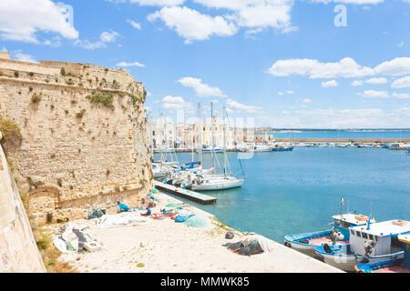 Gallipoli, Apulien, Italien - Segelboote im Hafen in der Nähe der historischen Stadtmauer Stockbild
