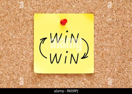 Win-Win-Pfeile Konzept handgeschrieben auf gelbe Haftnotiz auf Bulletin Pinnwand angeheftet. Stockbild