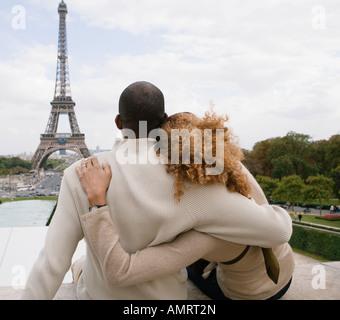 Rückansicht des African paar umarmt Stockbild