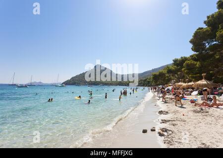 Platja de Formentor, Mallorca, Spanien - August 2016 - Touristen Schwimmen an der verträumten Strand von Platja de Formentor Stockbild