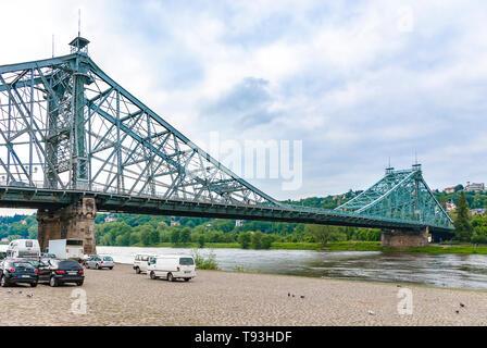 Die historische Elbe Brücke BLAUES WUNDER aus dem Stadtteil Blasewitz, Dresden, Sachsen, Deutschland, Europa gesehen. Stockbild