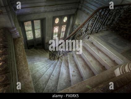 Hohe Betrachtungswinkel und einer Treppe in einem verlassenen Schloss in Frankreich. Stockbild