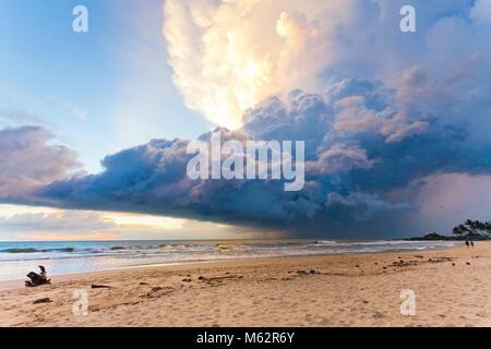 Induruwa Beach, Sri Lanka, Asien - Wetter Phänomen bei Sonnenuntergang am Strand von Induruwa Stockbild