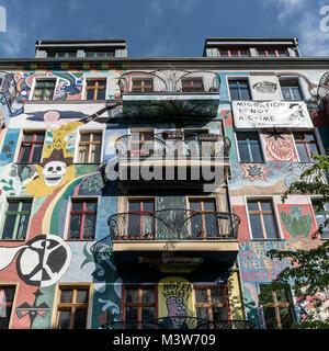 Bemalte Fassade in Friedrichshain, bunte Wandmalerei, Berlin, Deutschland | Wandbild, Friedrichshain, Berlin Stockbild