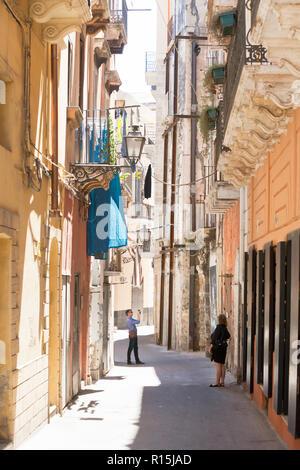 Taranto, Apulien, Italien - 31. MAI 2017 - Touristen fotografieren während die Altstadt besuchen Stockbild