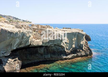 Torre sterben Miggiano, Apulien, Italien - Steinbruch am Wehrturm von Santa Cesarea Terme Stockbild