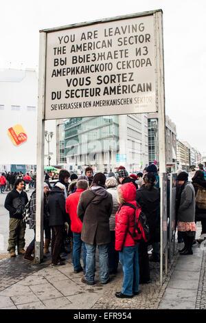 Touristen am Checkpoint Charlie. Berlin, Deutschland. Stockbild