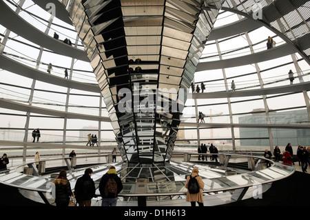 Besucher in die Reichstagskuppel in Berlin, von Norman Foster entworfen Stockbild