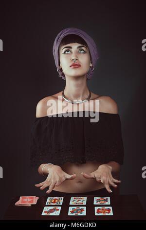 Gypsy Wahrsagerin auf der Suche nach Inspiration. Studio Portrait Stockbild